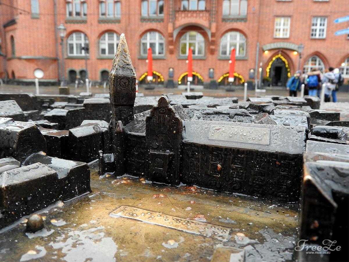 Berlínské dobrodružství: maketa radnice před skutečnou radnicí
