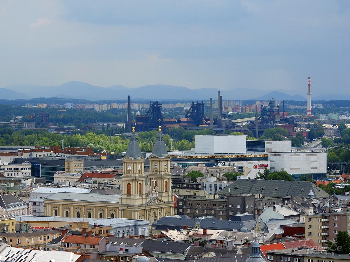 Pohled z Nové radnice na katedrálu Božského Spasitele na pozadí Dolních Vítkovic