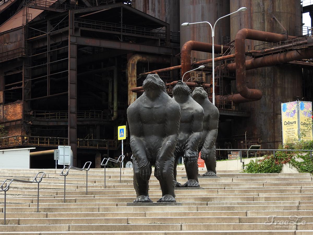 """Tip na výlet: Kam vyrazit v Ostravě a co neminout?   Dílo """"Original Sin"""" čínského umělce Liu Ruowanga. Nachází se před Světem techniky"""